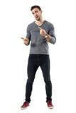 Ekspresyjny młody przypadkowy mężczyzna wyjaśnia i gestykuluje z rękami fotografia stock