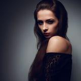 Ekspresyjny portret brunetki makeup kobieta z mistycznym spojrzeniem zdjęcia stock