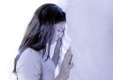 Ekspresyjny portret młoda smutna, przygnębiona latynoska kobieta z głową przeciw ścienny patrzeć i fotografia stock