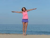 Ekstatisch glückliche Frau auf Strand stockbilder