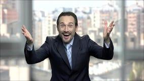 Ekstatischer erfolgreicher Geschäftsmann hob Hände in der Aufregung an stock video footage