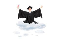 Ekstatischer Student, der das Diplom sitzt auf Wolke und dem Gestikulieren hält Stockfotografie