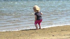 Ekstatisches Kind durch den See Kleines Mädchen auf Natur Einheit mit Natur stock video