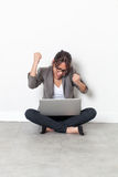 Ekstatyczny bizneswoman podnosi jej ręki dla korporacyjnego zwycięstwa Zdjęcie Stock