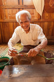 Ekstrahujące lotosowe nici, Myanmar Fotografia Royalty Free
