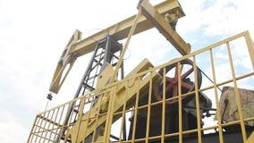 ekstrakci nafciany oilwell pumpjack Russia Siberia western zbiory wideo