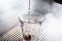 Ekstrakcja kawa espresso z jaskrawym światłem zdjęcia stock