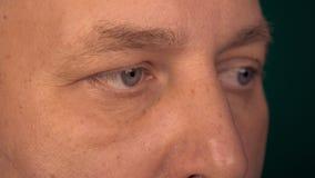Ekstremów zamknięci up oczy dorosły caucasian mężczyzna Mężczyzna czyta niektóre książkową informację lub komputer Ucznie samiec  zbiory wideo