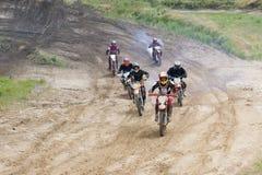 Ekstremum bawi się na motocyklach Jeździec na motocyklu jedzie piasek obraz royalty free