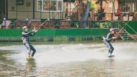 Ekstremum park, Kijów, Ukraina, 07 może 2017 - kilka młodzi człowiecy jechać Wakeboard, sztuczki i krótkopęd kamera fotografia Zdjęcie Stock