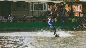 Ekstremum park, Kijów, Ukraina, 07 może 2017 - młoda dziewczyna, przywykająca jechać Wakeboarding Fotografia zbożowy przerób Zdjęcie Stock