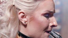 Ekstremum w górę portreta żeński muzyk wykonuje piosenkę na saksofonie zdjęcie wideo