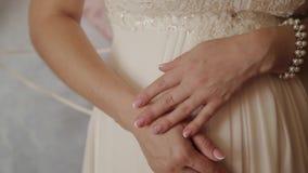 Ekstremum zamknięty ręki panna młoda up Panna młoda w ślubnej sukni zakończeniu ręki W górę ręk panna młoda dalej zbiory wideo