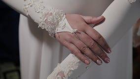 Ekstremum zamknięty ręki panna młoda up Panna młoda w ślubnej sukni zakończeniu ręki W górę ręk panna młoda dalej zdjęcie wideo