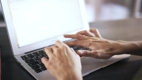 Ekstremum zamknięty młoda kobieta s up wręcza pisać na maszynie przy laptopem zbiory wideo