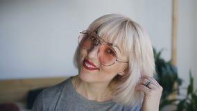 Ekstremum zamknięty up portret młoda atrakcyjna Kaukaska blondynki dziewczyna w ono uśmiecha się i mrugać przy kamerą Dziewczyna  zdjęcie wideo
