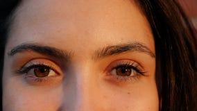 Ekstremum zamknięty w górę kobiety otwiera ona i ono uśmiecha się oczy zbiory wideo