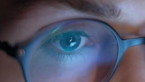 Ekstremum zamknięty w górę oka kobieta w szkła działaniu przy laptopem przy nocą 4K zbiory wideo