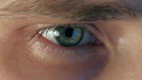 Ekstremum zamknięty w górę oka pracuje mężczyzna przy laptopem przy nocą zbiory