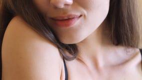 Ekstremum zamknięty warg 18 roczniaka dziewczyna z uśmiechem up Bez pomadki Młoda atrakcyjna kobieta patrzeje kamerę i zbiory