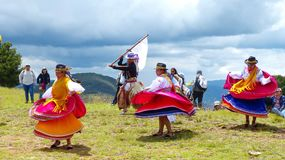 Ekuadorianische T?nzer und traditioneller Tanz der Kinderleistung drau?en lizenzfreie stockfotografie