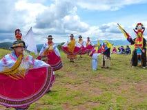 Ekuadorianische Volkstänzer draußen gekleidet als traditioneller Tanz der Cayambe-Leuteleistung für Touristen lizenzfreies stockfoto