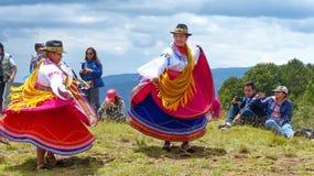 Ekuadorianische Volkstänzer draußen gekleidet als traditioneller Tanz der Cayambe-Leuteleistung für Touristen stockfotos