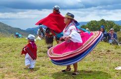 Ekuadorianische Volkstänzer draußen gekleidet als traditioneller Tanz der Cayambe-Leuteleistung für Touristen stockfotografie