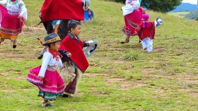 Ekuadorianische Volkstänzerkinder draußen gekleidet als traditioneller Tanz der Cayambe-Leuteleistung für Touristen lizenzfreie stockbilder