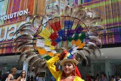 Ekuadorianischer Folkloretänzer wirft mit einem dekorativen Hut der großen dekorativen Radfeder auf ihrem Kopf an einem sonnigen  lizenzfreie stockfotos