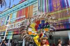 Ekuadorianischer Folkloret?nzer wirft mit einem dekorativen Hut der gro?en dekorativen Radfeder auf ihrem Kopf an einem sonnigen  stockfotos