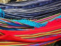 Ekwadorscy barwiący hamaki wiesza w ulicznym rynku fotografia stock