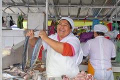 Ekwadorska kobieta sprzedaje świeżej ryby w rynku ecuador Quito zdjęcia stock