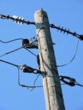 Eléctrico para uso general y teléfono poste contra el cielo azul Foto de archivo libre de regalías