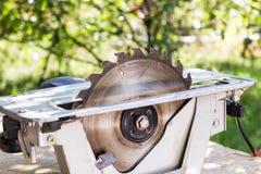 Eléctrico vio la herramienta de la tabla para la artesanía en madera con el espacio libre fotografía de archivo libre de regalías