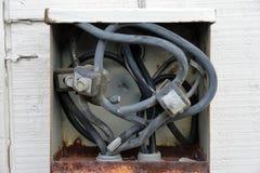 Eléctricos viejos conectan el panel o la caja en fuera de edificio fotografía de archivo
