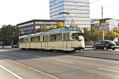 Elétrico histórico, trole na ponte em Francoforte fotografia de stock royalty free
