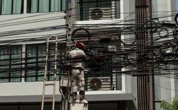 elétrico O homem de funcionamento repara um mau funcionamento bonde na fiação TAILÂNDIA BANGUECOQUE Fotos de Stock