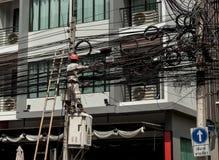 elétrico O homem de funcionamento repara um mau funcionamento bonde na fiação TAILÂNDIA BANGUECOQUE Fotografia de Stock