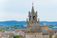 Elévese con el reloj en la ciudad medieval Aviñón, Francia Fotografía de archivo