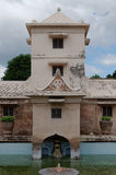 Elévese sobre la piscina antigua en el castillo del agua de la sari del taman - el jardín real del sultanato de Jogjakarta Foto de archivo