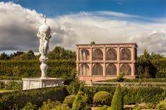 Elżbietańscy ogródy Kenilworth Roszują z fontanną i wolierą Fotografia Royalty Free