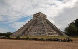 El卡斯蒂略寺庙在墨西哥的奇琴伊察玛雅废墟的Kukulcan金字塔 免版税图库摄影