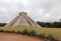 El卡斯蒂略寺庙在墨西哥的奇琴伊察玛雅废墟的Kukulcan金字塔 免版税库存图片