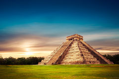 El卡斯蒂略金字塔在奇琴伊察,尤加坦,墨西哥 免版税图库摄影