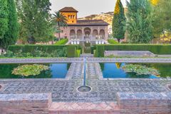 El的Partal在庭院Nasrid宫殿,阿尔罕布拉,格拉纳达宫殿门廓 免版税库存照片
