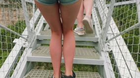El ¡de Ð pierde-para arriba la vista de las piernas femeninas caucásicas del deporte en los calzados atléticos que alcanzan a tra almacen de metraje de vídeo