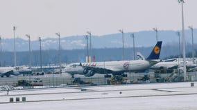 El ¼ de Lufthansa A340-600 FC Baviera MÃ nchen almacen de metraje de vídeo