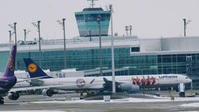 El ¼ TAILANDÉS de Boeing 747-400 y de Lufthansa A340-600 FC Baviera MÃ nchen almacen de metraje de vídeo