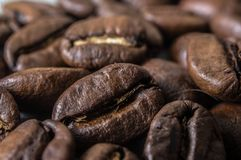 El ¾ de Ð asó los granos de café primer, macro Imagen de archivo libre de regalías